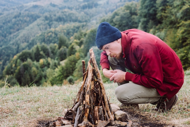 Traveler man sitting near to campfire Premium Photo