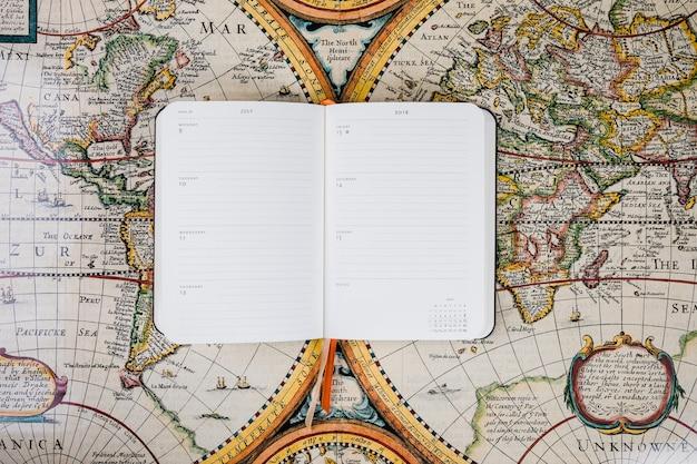 Diario vuoto del viaggiatore sulla mappa storica Foto Gratuite