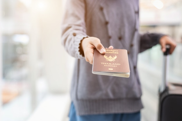 空港で彼のパスポートを見せて旅行者 Premium写真
