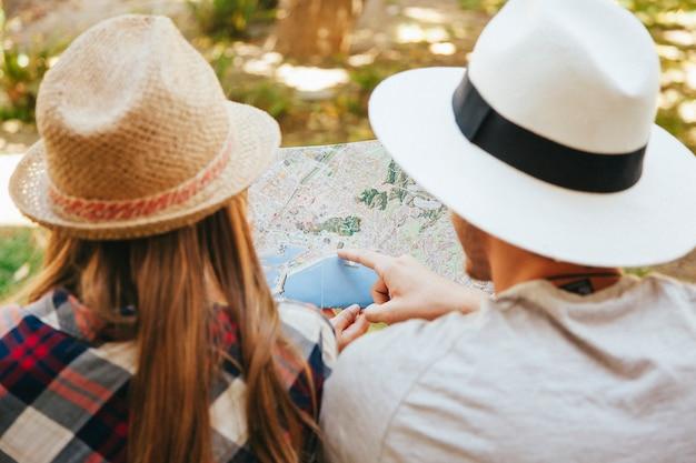 Путешественники указывают карту в парке Бесплатные Фотографии