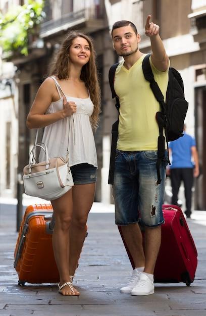 通りに荷物を持っている旅行者 無料写真