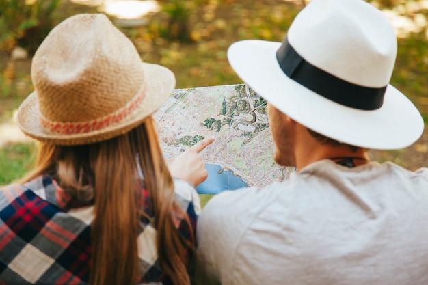 Путешественники со шляпой и картой Бесплатные Фотографии