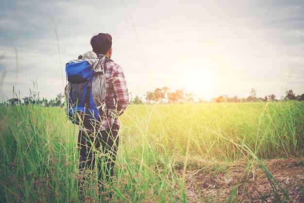 彼の肩の上にバックパックとヒップスターの男、travelinを行く時間 無料写真
