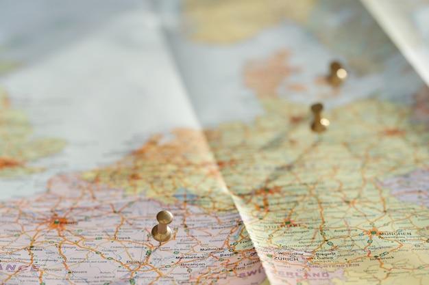 Mappa itinerante con spille d'oro Foto Gratuite