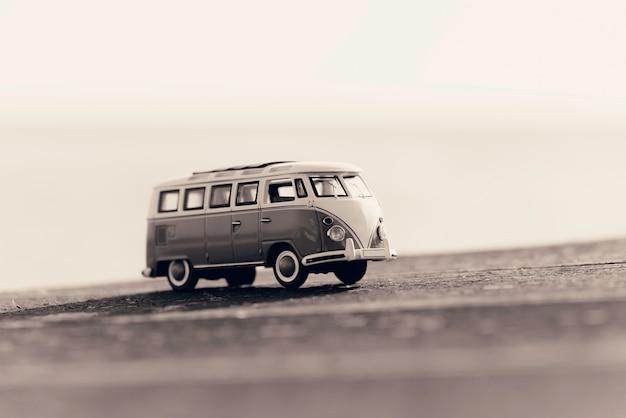 ヴィンテージのキャンピングカーを旅行します。マクロ写真。セピア調の画像。 Premium写真