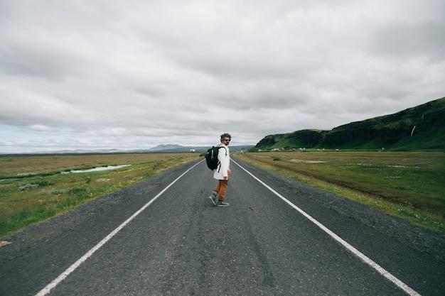 배낭 여행자 남자 아이슬란드 탐험 무료 사진
