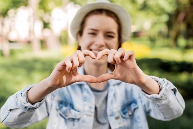 Viaggiatore nel parco a forma di cuore Foto Gratuite