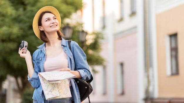 帽子と地図の休日を楽しんでいる旅行者 無料写真