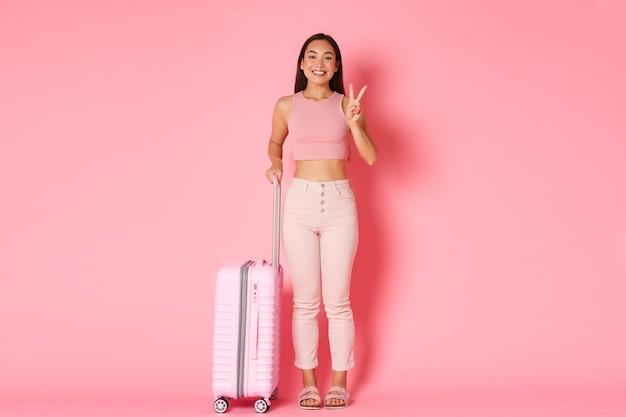 여행, 휴일 및 휴가 개념. 새로운 나라를 탐험 할 준비가 귀여운 아시아 소녀 무료 사진