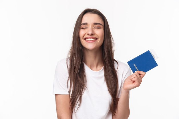 Путешествие, отдых, летняя концепция. мечтательная счастливая молодая красивая девушка в белой футболке, закрывая глаза, улыбаясь Premium Фотографии