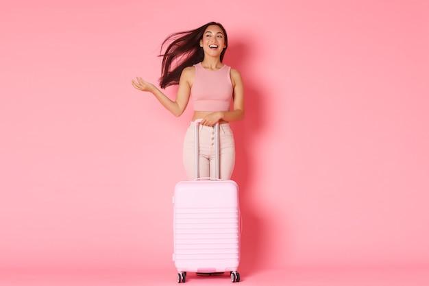 Viaggi, vacanze e concetto di vacanza. la ragazza asiatica mora spensierata e spensierata finalmente va all'estero Foto Gratuite