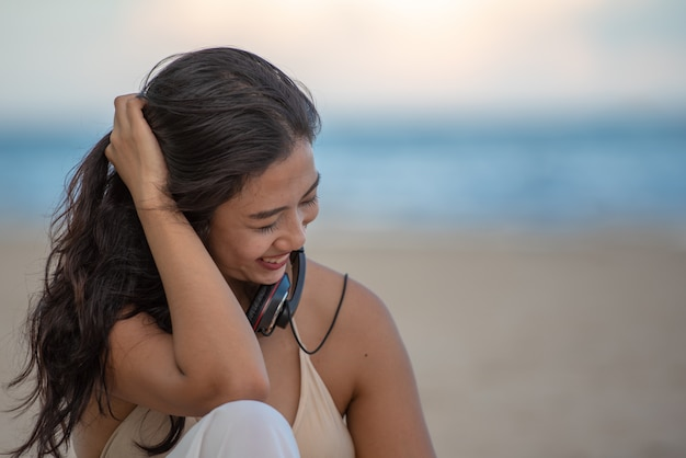 Travelling woman relaxing on the beach Premium Photo