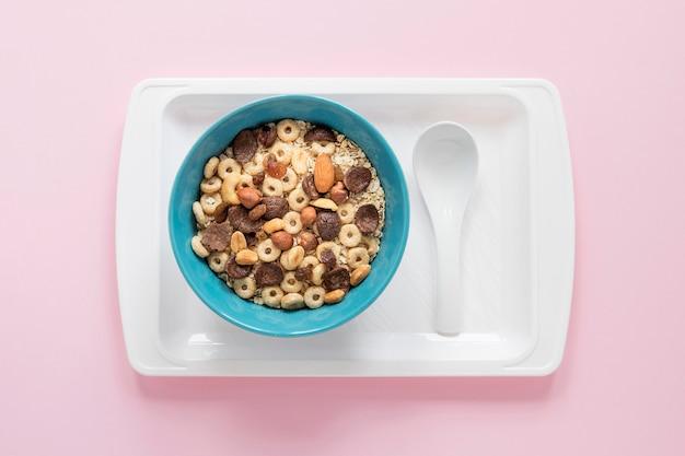 Vassoio con cereali e latte Foto Gratuite