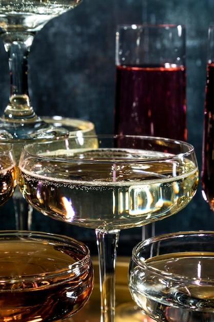 シャンパングラスのトレイのクローズアップ 無料写真