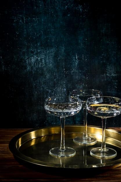 Vassoio con bicchieri di champagne Foto Gratuite