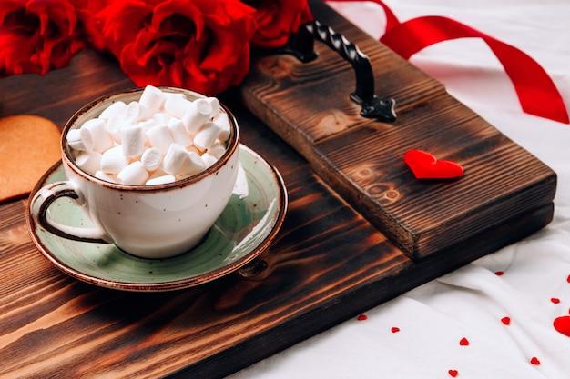 침대와 꽃, 낭만적 인 아침 식사에 커피 컵 트레이 프리미엄 사진