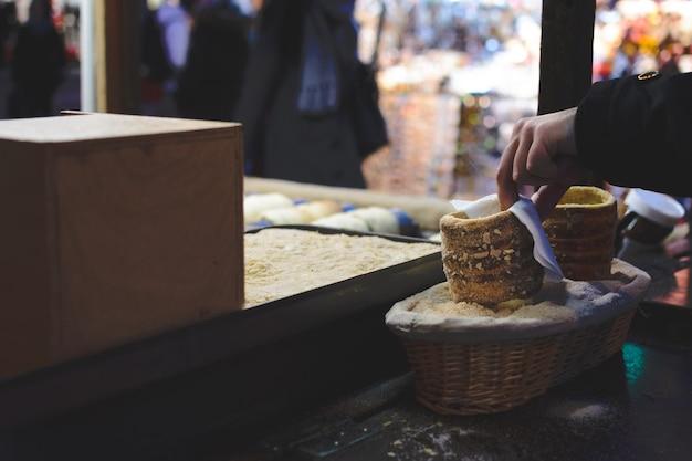プラハのクリスマスマーケットでのtrdelnikケーキ 無料写真