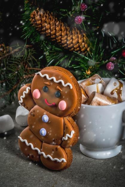 伝統的なクリスマスの御treat走。マシュマロ、ジンジャーブレッドマンクッキー、モミの木の枝、クリスマスの休日の装飾copyspaceとホットチョコレート Premium写真