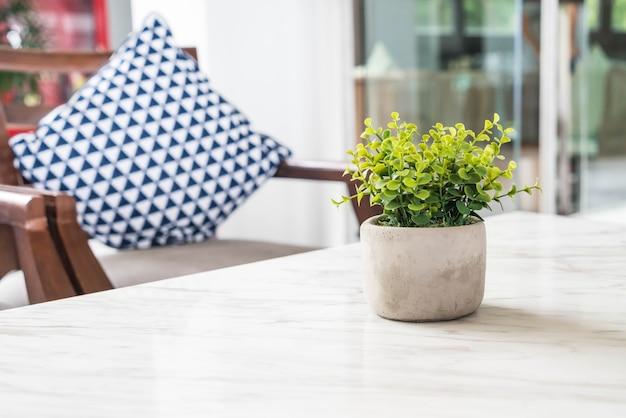 Albero in vaso decorazione sul tavolo in salotto Foto Gratuite