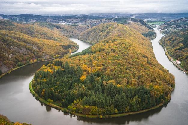 ドイツの秋の曇り空の下でツリートップパスザールシュライフェ 無料写真