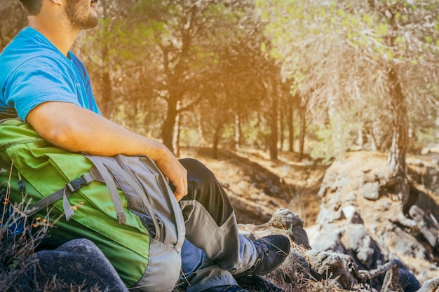 Вид сверху trekker в лесу Бесплатные Фотографии