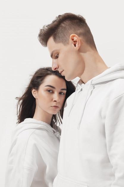 Модная модная пара позирует Бесплатные Фотографии