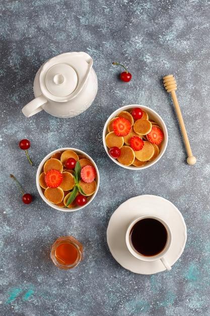 Модная еда - мини блинная каша. куча зерновых блинов с ягодами и орехами. Бесплатные Фотографии