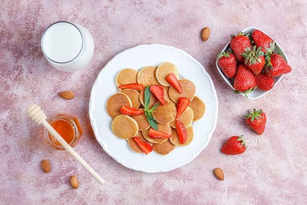 Модная еда - мини блинная каша. куча зерновых блинов с ягодами Бесплатные Фотографии