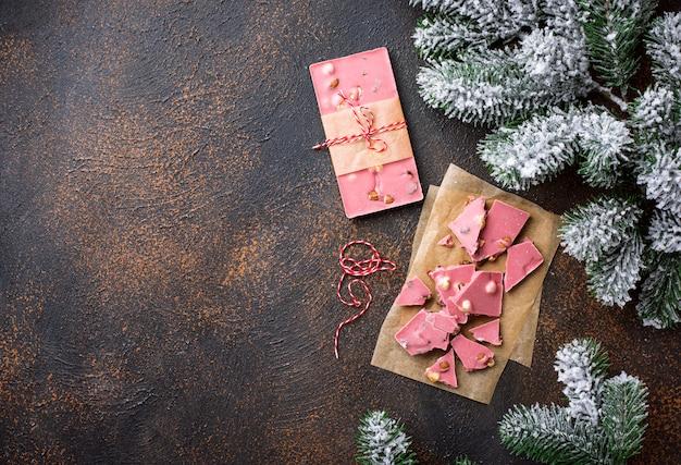 トレンディなピンクまたはルビーのチョコレート Premium写真