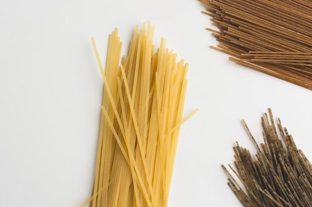 白い背景に全粒パスタスパゲティtricolora 無料写真