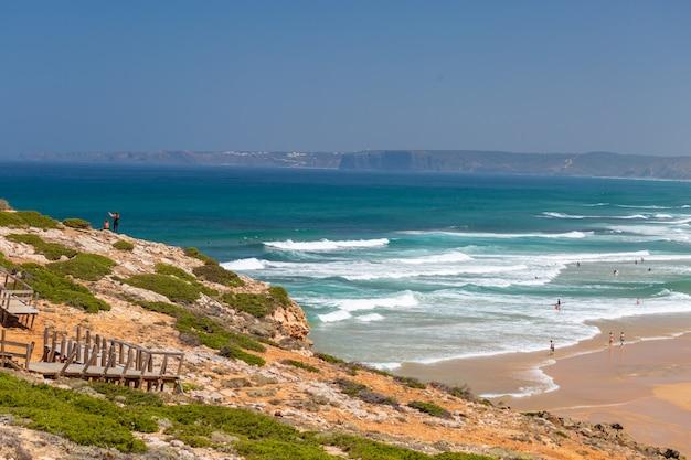 Тропический пляж идеально подходит для летнего отдыха в алгарве, португалия Бесплатные Фотографии