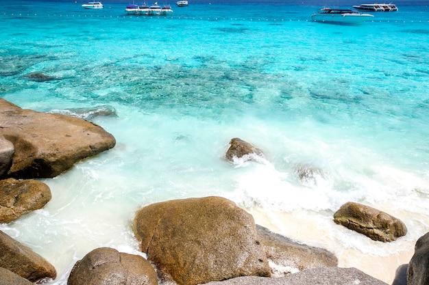 Тропический пляж, симиланские острова, андаманское море, таиланд Premium Фотографии