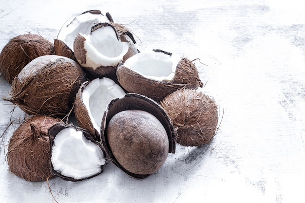 Тропический фрукт разрезанный вдвое розбитого кокоса на светлом фоне, концепция органических фруктов Бесплатные Фотографии