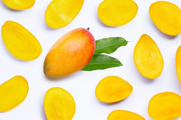 Тропические фрукты, манго на белом фоне. Premium Фотографии