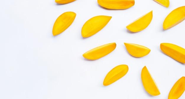 Тропические фрукты, ломтики манго на белом фоне. вид сверху Premium Фотографии