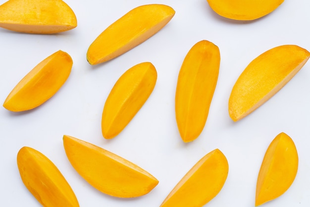 Ломтики тропических фруктов ломтиков манго изолированные Premium Фотографии