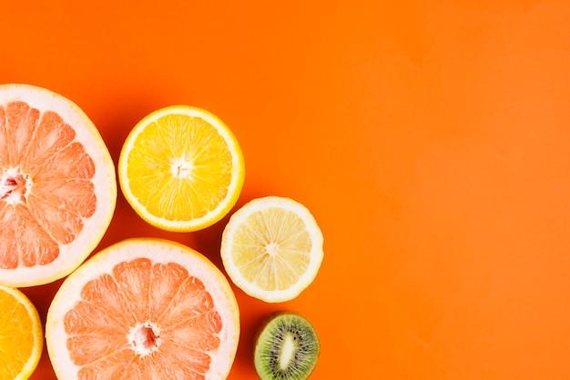 Фон тропических фруктов с copyspace Premium Фотографии