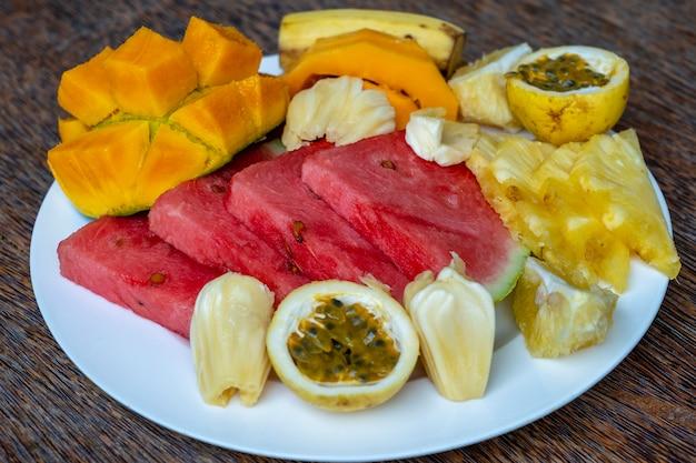 朝食プレートにトロピカルフルーツをクローズアップ、トップビュー Premium写真