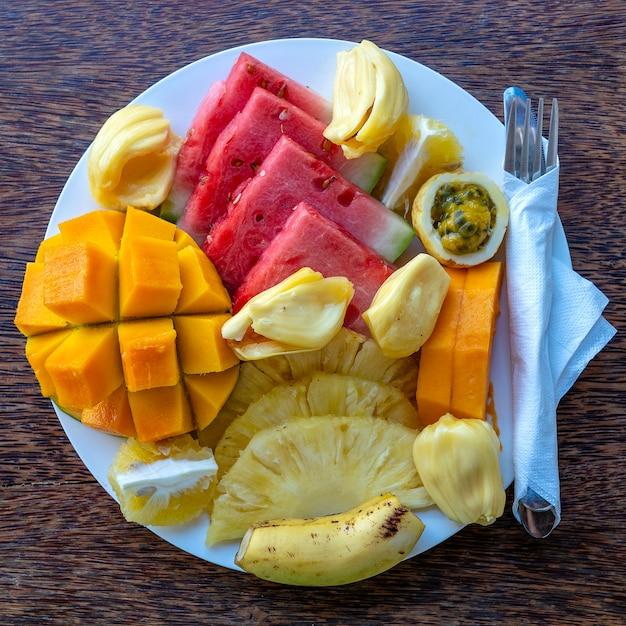 朝食プレートのトロピカルフルーツ Premium写真