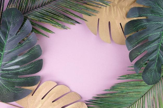 열 대 잎 금, 분홍색 바탕에 녹색. 열대 야자수. 추상 현대 배경입니다. 해변 벽지. 프리미엄 사진