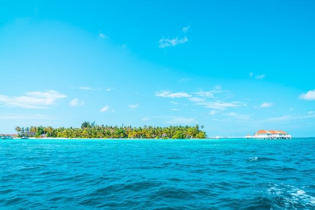 Тропический курортный отель на мальдивах и остров Premium Фотографии