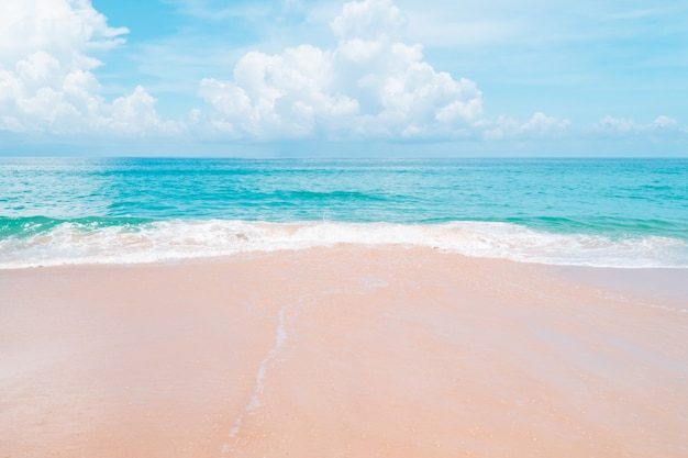 열 대 자연 깨끗한 해변과 태양 빛 푸른 하늘과 Bokeh 배경으로 여름에 하얀 모래. 프리미엄 사진