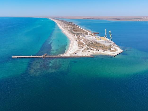 이국적인 청록색 바다와 바다에서 호수 모래 막대를 나누는 열대 모래 해변 프리미엄 사진