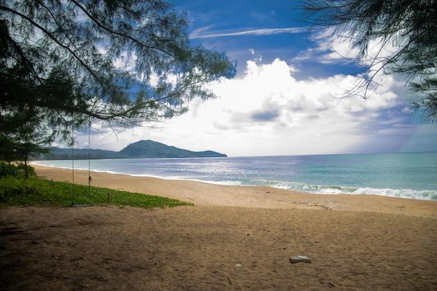 Тропический пейзаж под чистым небом на пляже май кхао, таиланд Бесплатные Фотографии