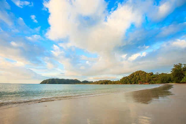 Tropical sea and beach and sky in thailand Premium Photo