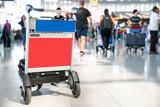 Аэропорт trovell ждет регистрации внутри airport.airport багажная тележка с чемоданами Premium Фотографии