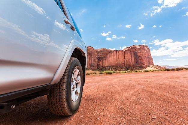 背景に山がある砂漠のトラック。 Premium写真