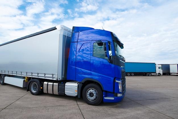 배달 및 운송 준비가 된 트럭 긴 차량 무료 사진