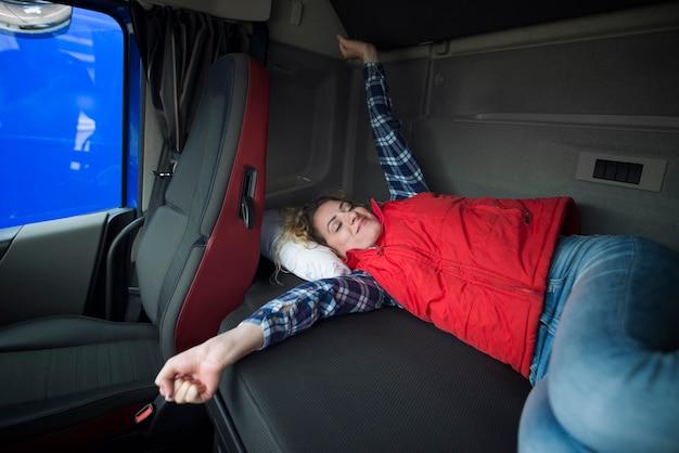 長い乗車の後、トラック運転手がキャビンで目を覚ます 無料写真