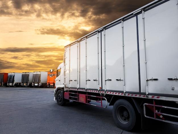 夕焼け空とトラックコンテナー駐車場 Premium写真